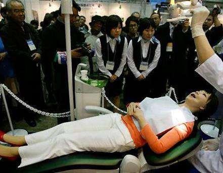 Simroid: робот-гуманоид для начинающих стоматологов
